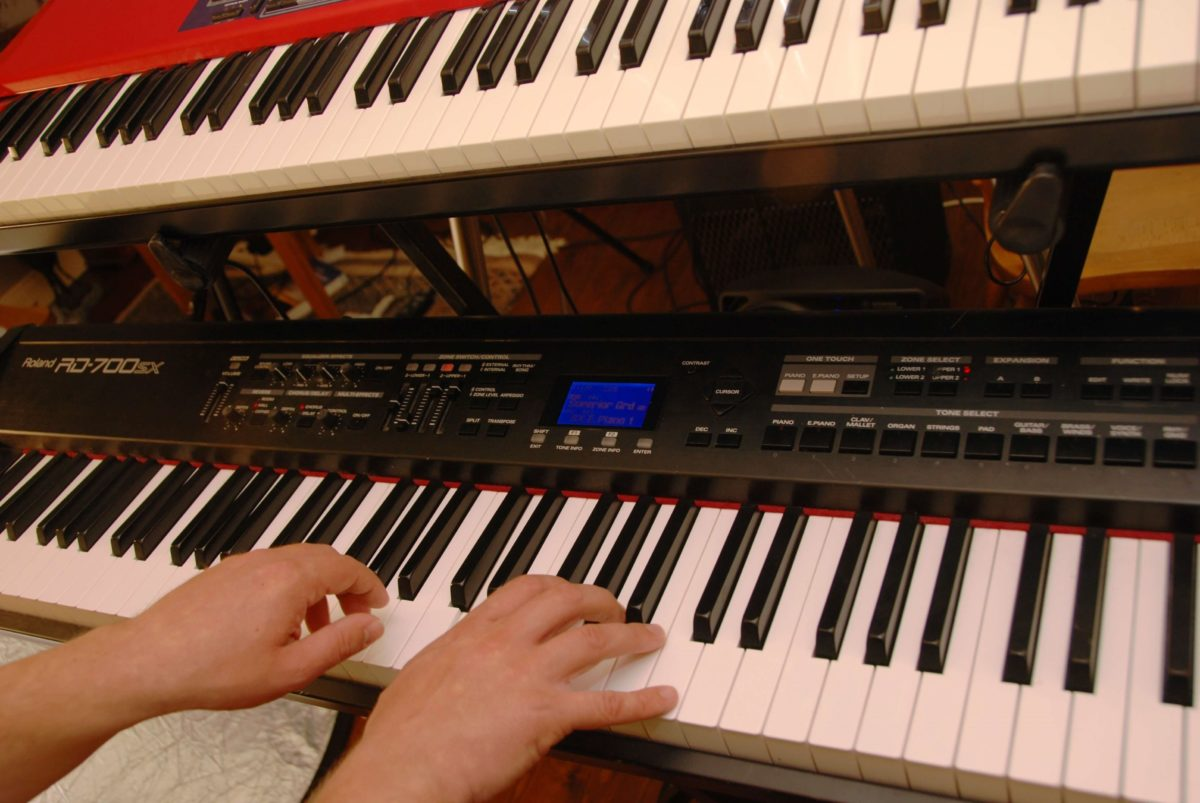 Free video lesson – playing hymns on keyboard – How Great Thou Art